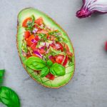 Avocados gefüllt mit Bruschetta